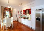 Tủ bếp KitchenID sơn bóng 7 lớp màu đỏ và trắng